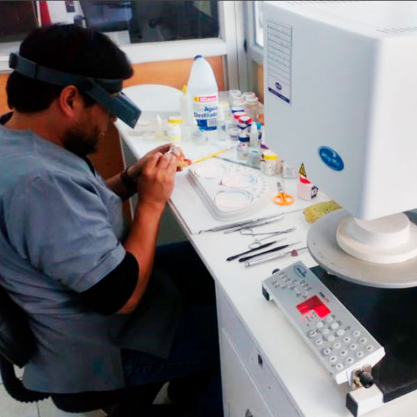 laboratorio eradental técnico dental en Sangolquí